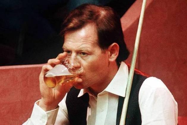 Bildnummer: 01569344 Datum: 01.04.1988 Copyright: imago/Colorsport Alex Higgins (Nordirland) erfrischt sich zwischendurch mit einem Schluck Bier; Vdia, hoch, close, trinken, Durst, durstig, Getränk, Glas // Alkohol, Bier Snooker Weltmeisterschaft 1988 Sheffield Billard WM Herren Einzel Einzelbild Randmotiv Personen Kurios